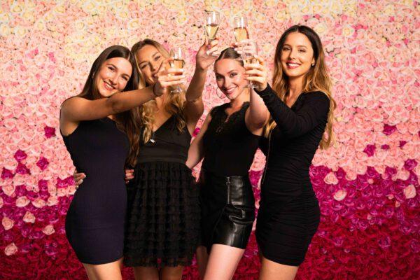 Partygirls vor Blumenwand Pink Ombré