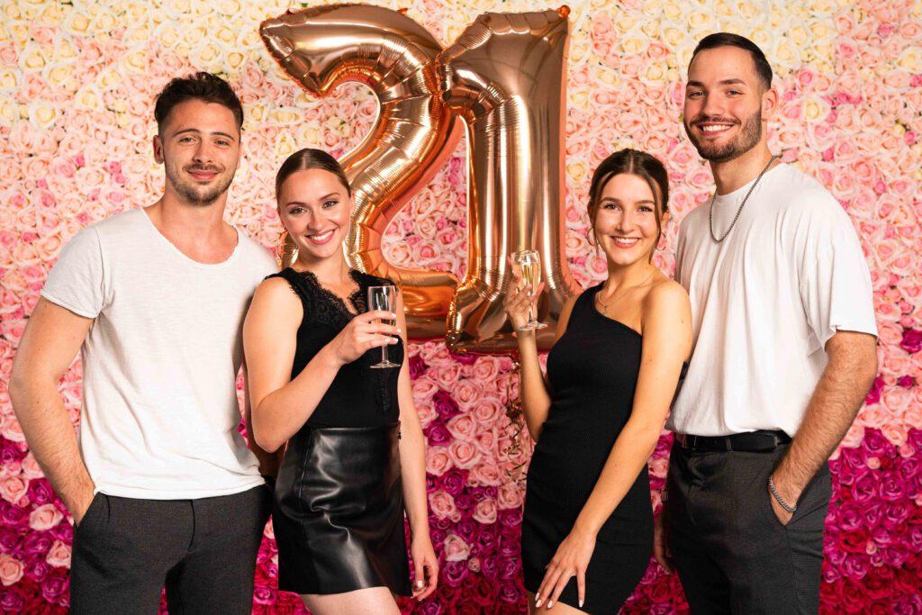 Geburtstagsparty vor Blumenwand Pink Ombré